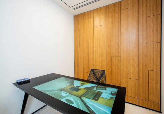 משרד עם שולחן אינטראקטיבי  25  קרדיטים לשעה
